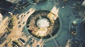 Aéreo abajo vea el tiro del tráfico del cruce giratorio en el ` famoso Italie del lugar d en París, Francia Foto de archivo