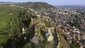 aéreo A arquitetura da cidade de Tbilisi a fortaleza de Narikala geórgia video estoque