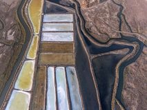 aéreo Campos Textured de lagos de sal pantanosos Vila Real Santo Antonio Foto de Stock