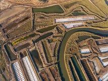 aéreo Campos texturizados de los lagos de sal cenagosos Salines de Portugal Foto de archivo