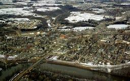 Aéreo - a comunidade com rio Imagem de Stock