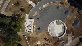 Aéreo desde arriba de emplazamiento de la obra en el parque con los materiales de construcción Nivelación de los excavadores y de metrajes