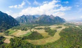 Aéreo: Destino do curso do mochileiro de Vang Vieng em Laos, Ásia Céu dramático sobre penhascos cênicos e pináculos da rocha, alm imagem de stock