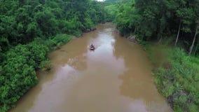Aéreo - el barco el transportar en balsa de Whitewater sigue el río del tiro abajo en Tailandia almacen de metraje de vídeo