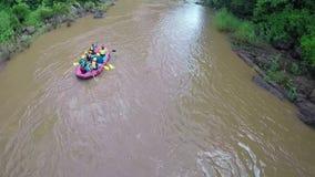 Aéreo - el barco el transportar en balsa de Whitewater sigue el río del tiro abajo en Tailandia metrajes