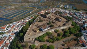 aéreo El pueblo de Castro Marim y del castillo, filmado de abejón del cielo almacen de metraje de vídeo