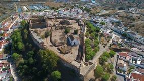 aéreo El pueblo de Castro Marim y del castillo, filmado de abejón del cielo almacen de video