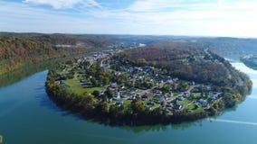 Aéreo empuje adelante de la pequeña ciudad de Newell Pennsylvania metrajes