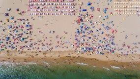aéreo Foto abstracta del mar, de la playa y de los veraneantes del cielo foto de archivo libre de regalías