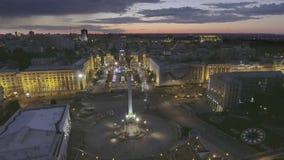 aéreo Fuente hermosa en la noche en cuadrado de la independencia en Kiev, Ucrania almacen de metraje de vídeo