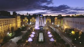 aéreo Fuente hermosa en la noche en cuadrado de la independencia en Kiev, Ucrania almacen de video