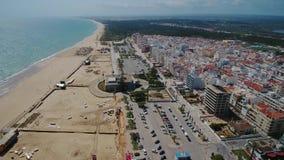 aéreo Hermosa vista del cielo de la playa y del pueblo de Monte Gordo portugal almacen de video
