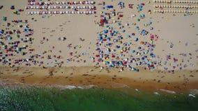 aéreo Hermosa vista del cielo de la playa y del pueblo de Monte Gordo portugal metrajes