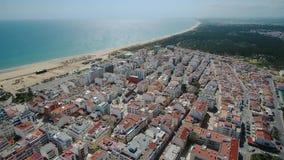 aéreo Hermosa vista del cielo de la playa y del pueblo de Monte Gordo portugal almacen de metraje de vídeo