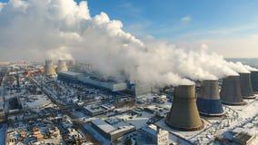 aéreo Humo y vapor de la central eléctrica industrial Contaminación, contaminación, concepto del calentamiento del planeta almacen de video