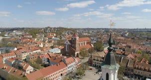 aéreo Iglesia de St Francis Xavier y ayuntamiento sobre cuadrado en color de Kaunas céntrico, Kaunas, Lituania calificado almacen de metraje de vídeo