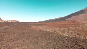 aéreo Ilhas Canárias, vulcão de Teide Parque nacional Estrada com carros da equitação em um vale da montanha contra o fundo vídeos de arquivo