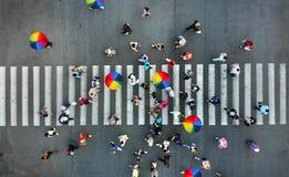 aéreo La gente aprieta en un paso de peatones del paso de peatones imagen de archivo