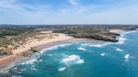 aéreo La playa de Amoreira se filma del cielo Aljezur, Portugal Imagen de archivo