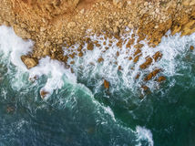 aéreo Nadada de las ondas a la orilla rocosa Imagenes de archivo