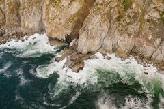 Aéreo: O pico de Chapman famoso perto da baía de Hout fotos de stock
