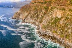 Aéreo: O pico de Chapman famoso perto da baía de Hout foto de stock