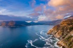 Aéreo: O pico de Chapman famoso perto da baía de Hout fotos de stock royalty free