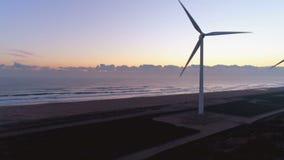 Aéreo - Oceano Pacífico e exploração agrícola de vento no alvorecer vídeos de arquivo