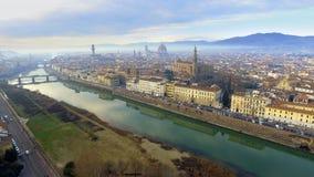 aéreo Panorama de la ciudad de FLORENCIA en Italia con la bóveda y el della Signoria de Palazzo y el río de arno foto de archivo