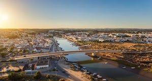 aéreo Panorama del puente del aire a través de la ciudad del río de Tavira Imagen de archivo libre de regalías