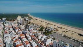 aéreo Playas y barcos de pesca portugueses en el pueblo turístico Monte Gordo almacen de metraje de vídeo