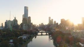 aéreo Por do sol do cenário em Melbourne do centro, acima do rio de Yarra Foto de Stock Royalty Free