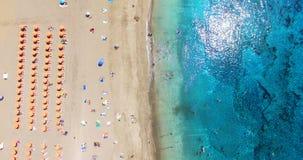 aéreo A praia do verão com o oceano dos povos e da turquesa molha imagem de stock royalty free