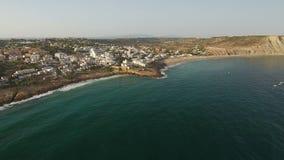 aéreo Pueblo turístico Luz, con las vistas del cielo sobre el mar metrajes