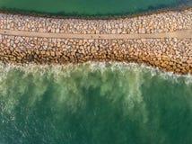 aéreo Quebra-mar industrial de pedra no mar Filmado do céu Imagens de Stock Royalty Free