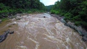 Aéreo - río de Whitewater en el bosque Tailandia almacen de video