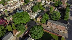 Aéreo reverso y inclinable lentos para arriba de la pequeña ciudad de Pennsylvania almacen de video