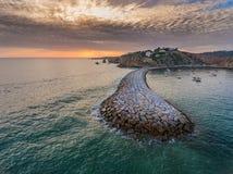 aéreo Rompeolas del paisaje marino en la puesta del sol Puerto deportivo del puerto Fotografía de archivo
