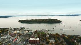 Aéreo tire del abejón tirado sobre el puerto de la barra, Maine almacen de video