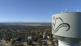 Aéreo - torre de água curvada do rancho do rio vídeos de arquivo