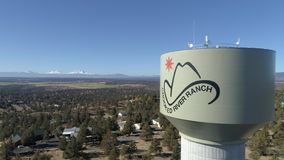 Aéreo - torre de água curvada do rancho do rio video estoque