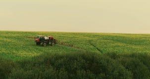 aéreo Tractor en vídeo que revela de rociadura de la rabina del campo metrajes