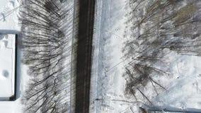 Aéreo - trem de passageiros que corre no campo entre árvores verdes, Rússia vídeos de arquivo
