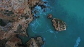 aéreo Vídeo del cielo de los acantilados portugueses de la playa de Marinha, Portimao Algarve metrajes