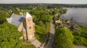 aéreo Verano tirado de la iglesia y del lago de Vepriai Fotografía de archivo