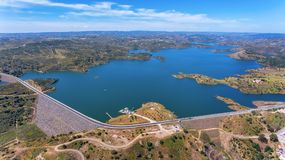 aéreo Videografía del abejón, presa Odeleite del depósito portugal foto de archivo