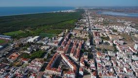 aéreo Vila Real Santo Antonio y el Praia Verde en el océano almacen de metraje de vídeo