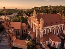 aéreo Vilna, Lituania: St Anne y x27; s e iglesias de Bernadines Fotografía de archivo