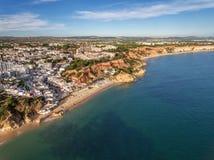 aéreo Visión asombrosa desde el cielo, costa Olhos de Agua de la ciudad Imagen de archivo libre de regalías