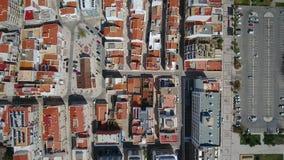 aéreo Vista del pueblo y de los tejados, Monte Gordo del cielo, filmado por el abejón metrajes